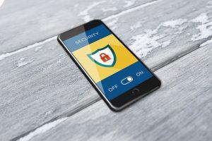 un smartphone protégé de la cybercriminalité