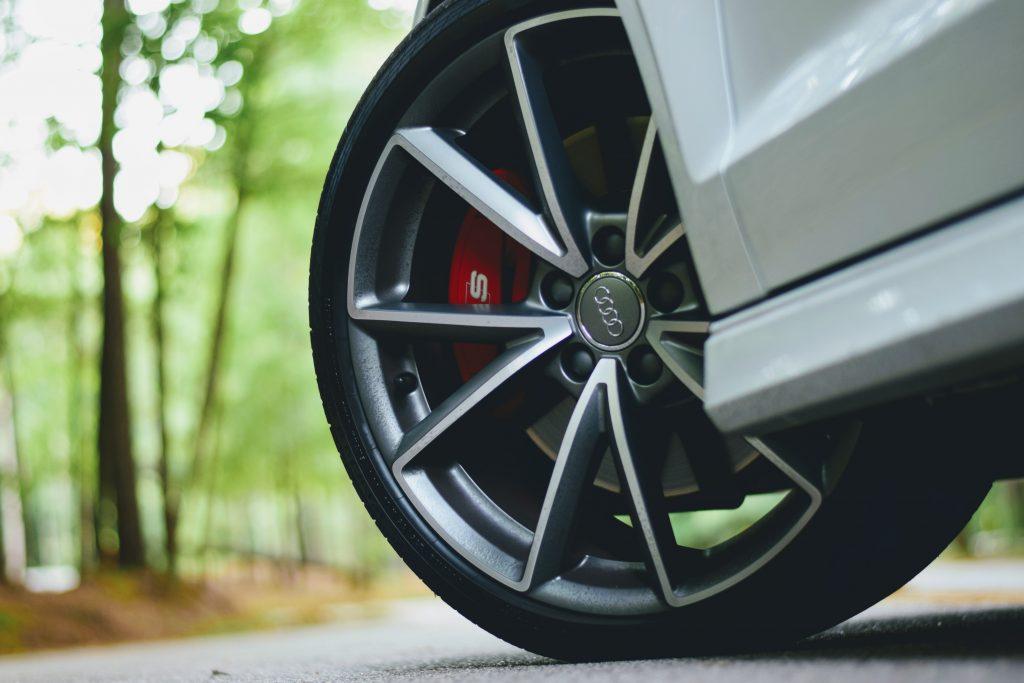 Zoom sur la roue d'une voiture Audi