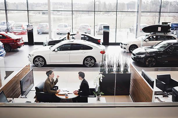 Point de vente d'un concessionnaire avec exposition de voiture et bureaux de conseils