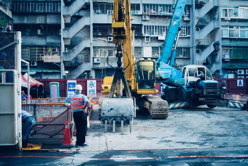 Chantier de construction avec plusieurs gros engins de transport