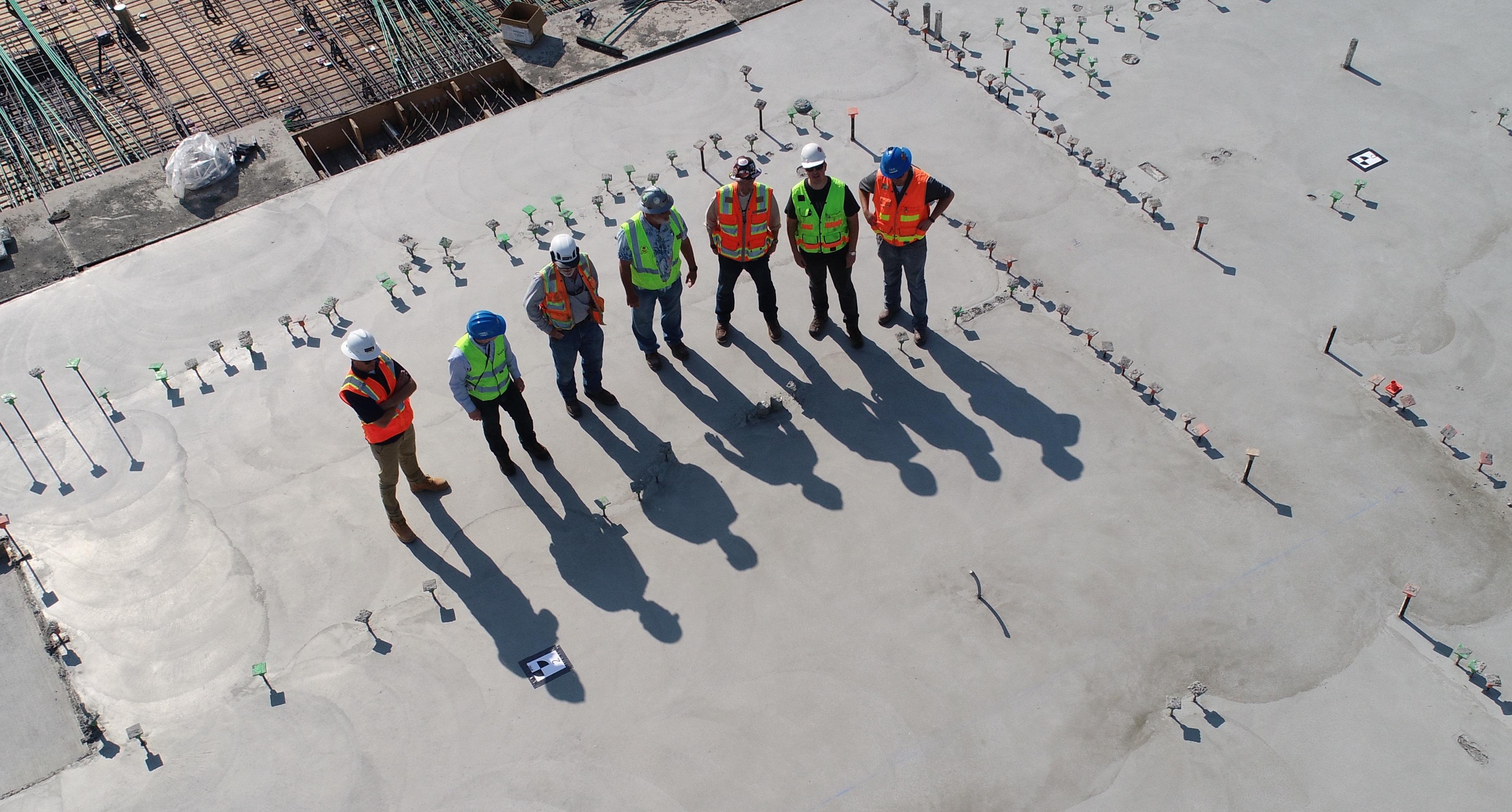 Vue aérienne d'un groupe d'ouvriers sur le toit d'un bâtiment en travaux