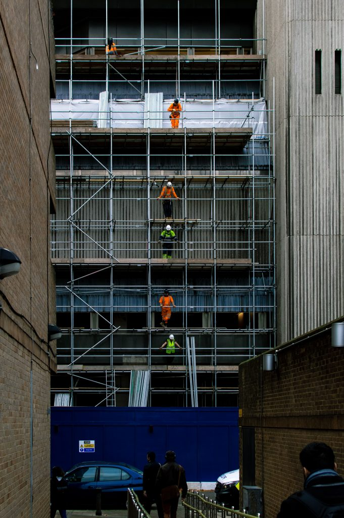 Des ouvriers sur un échafaudage
