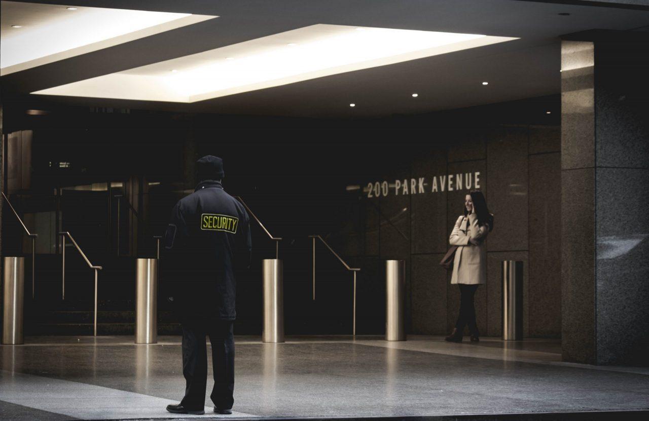 Un agent de sécurité dnas un hall