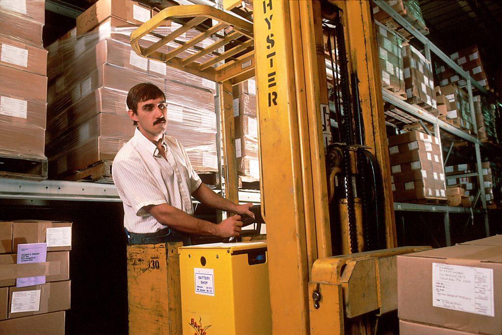 Un homme travaillant dans un entrepôt