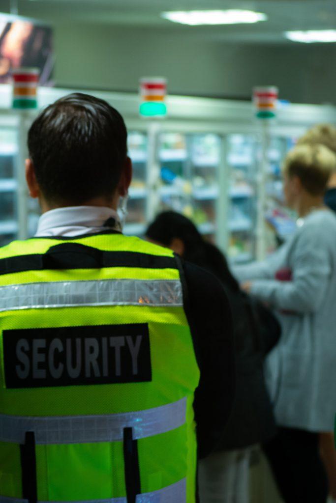 Agent de sécurité dans un supermarché