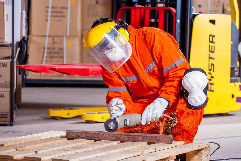 Ouvrier portant des équipements de protection individuelle
