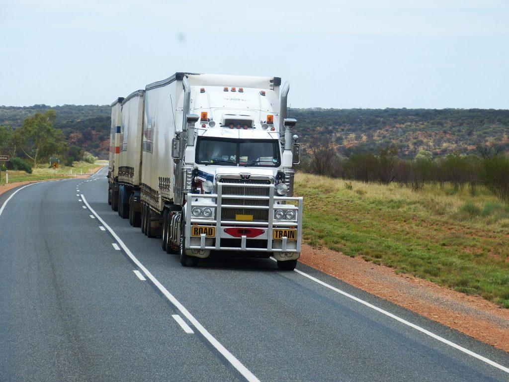 camion de transport sur une route de campagne